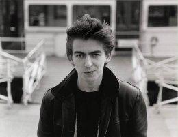 Il diciottenne George Harrison ad Amburgo, Germania, 1961. Fotografia di Jürgen Vollmer