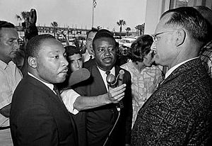 A Martin Luther King, Jr. viene negato l'ingresso al ristorante 'solo-per-bianchi' del Monson Motor Lodge dal proprietario James 'Jimmy' Brock