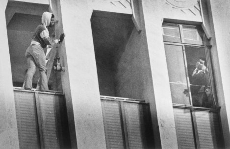 Ali che cerca di convincere un uomo a non suicidarsi gettandosi dal nono piano, 1981