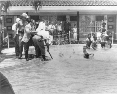 Due rabbini e cinque i neri erano in piscina. Ecco un ufficiale cerca di colpire uno dei rabbini