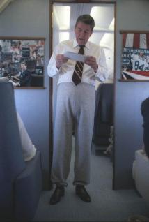Il presidente Reagan in pantaloni della tuta parla allo staff dell'Air Force One, 20 Settembre 1984