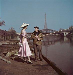 Modella indossa Dior sulle rive della Senna, Parigi 1948