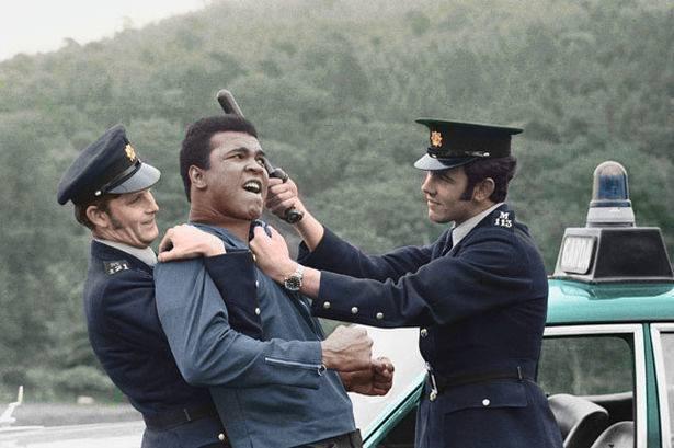 Muhammad Ali scherza con due poliziotti irlandesi, 1972. (versione a colori)
