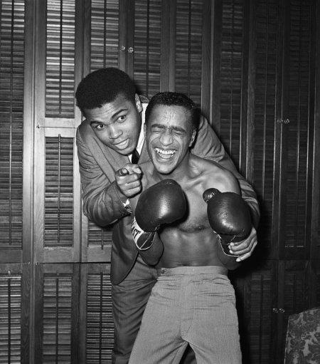 Muhammad Ali si nasconde per farsi difendere da Sammy Davis Jr