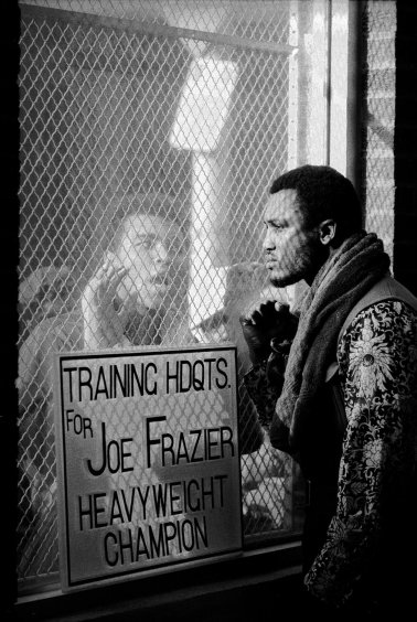 Questa fotografia è stata scattata in vista della lotta per il titolo mondiale nel 1971. Frazier ignora il suo acerrimo rivale che lo insulta.