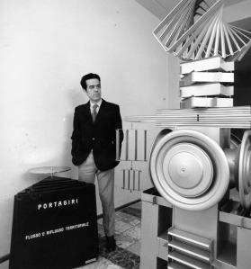Ugo Ugo alla Galleria Comunale nei primi anni 70 con l'opera Portagiri (1970) di Vincenzo Agnetti e, alla sua sinistra, una sua scultura di fine anni 60. Per saperne di più: http://montecristowritings.tumblr.com/