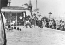 Un agente di polizia fuori servizio si getta in piscina per combattere con i rabbini presso la piscina del Monson Motor Lodge, 18 giugno 1964