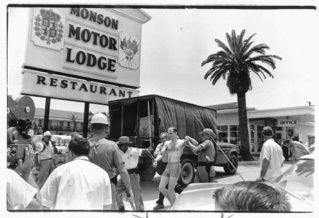 Un manifestante viene portato via dal Monson Motor lodge