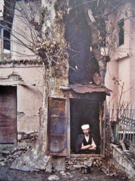 Un uomo turco fa una nuova casa tra le rovine di Alasehir Turchia, 1923
