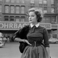 1950, modella in posa in Union Square, New York