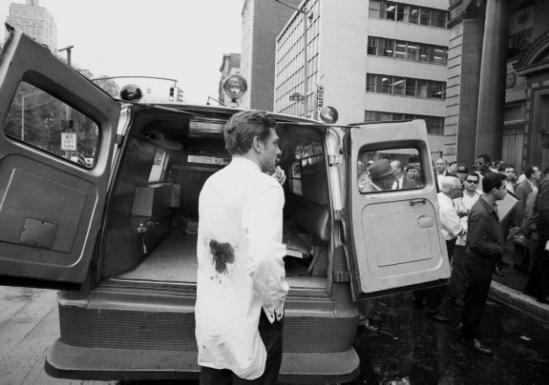 1968 - Mario Amaya poco dopo che Valerie Solanas sparò a lui e a Andy Warhol