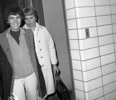 1968, Valerie Solanas sorride mentre è portata alla St. Station E. 21 dopo aver sparato all'artista Andy Warhol.