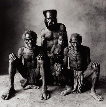 4 generazioni di uomini in Nuova Guinea, 1970. Fotografia di Irving Penn