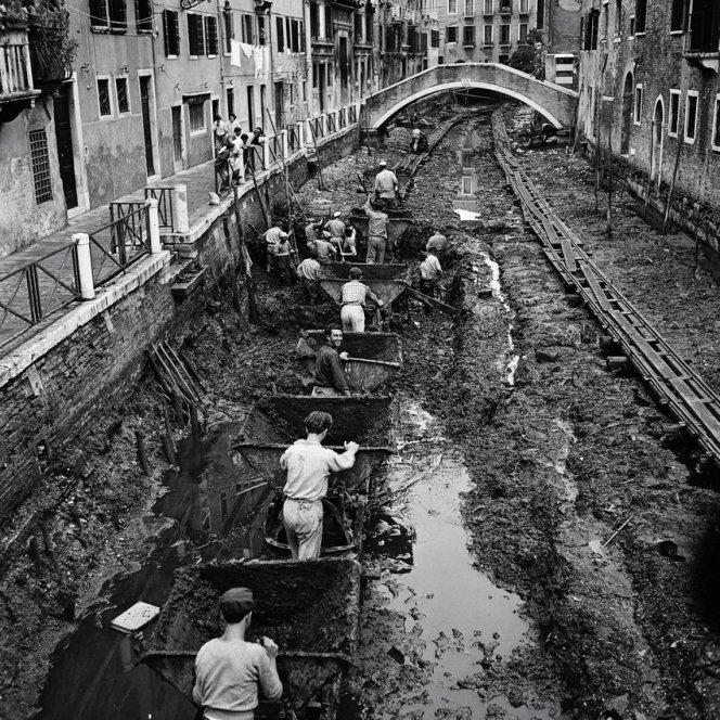 Svuotamento e drenaggio di un canale a Venezia, 1956