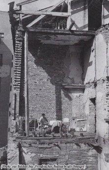 Un salotto danneggiato di Berlino salotto si trasforma in un balcone improvvisato, 1946