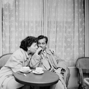 Un bacio sulla mano, Parigi, 1956. Fotografia di Bill Perlmutter
