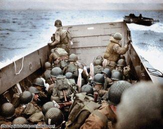 Un mezzo di sbarco si avvicina alla spiaggia di Omaha in Normandia, Francia, il 6 giugno 1944, noto anche come D-Day