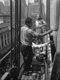 Una giovane donna dipinta su un cartellone, New York, 1947. Fotografia di Frank Bauman