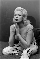 L'attrice Jane Mansfield fuma a casa, 1956. Fotografia di Peter Stackpole