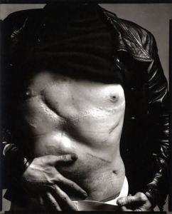 Andy Warhol by Richard Avedon mostra le cicatrici degli interventi chirurgici dopo essere stato colpito nel 1968