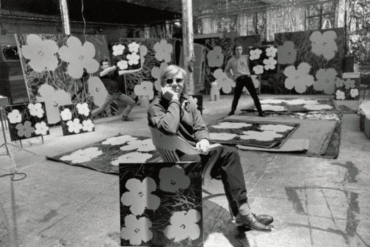 Andy Warhol con 'Flowers' alla Factory (1964)