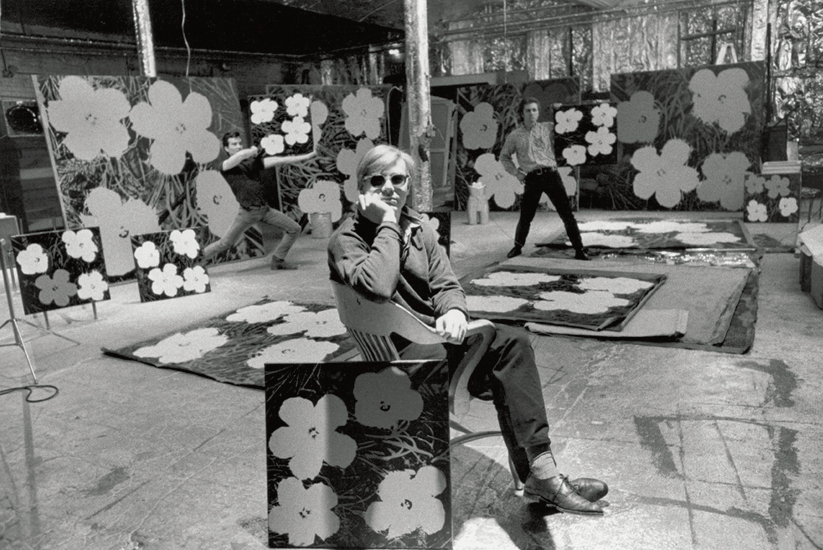 Andy Warhol con 'Flowers' alla Factory (1964)