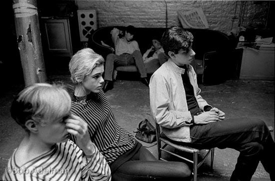 Andy Warhol e Edie Sedgwick guardano la proiezione di un film alla Factory, New York 1965