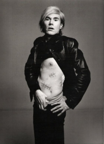 Andy Warhol mostra le sue cicatrici