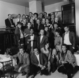 Artisti a New York City, 23 April 1985 al Mr. Chow restaurant. Da sinistra: Michael Heizer, David Hockney, Leroy Nieman, Dennis Oppenheim, Stefano, Bill Wegman, John Chamberlain, Andy Warhol, Julian Schnabel, Armand Arman, Alex Katz, Keith Haring, Kenny Scharf, Tony Shafrazi, Red Grooms, Jean-Michel Basquiat, Francesco Clemente, Robert MappleThorpe, Ronnie Cutrone, Sandro Chia. Plus: Nam June Paik, Jennifer Barlett, Jack Goldstein, Jenny Holzer, Barbara Kruger, Les Levine, Sol Lewitt, Marisol, Peter Max, Meredith Monk, Larry Rivers, Survival Research Labs (Mark Pauline, Mat Heckert, Eric Berner), Mark van den Broek, Tom Wesselman and Greer Langton. © Michael Halsband /Landov