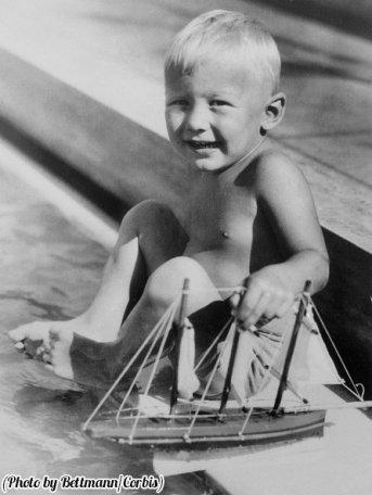 Buzz Aldrin gioca con una barca giocattolo a Miami Beach, Florida, 1933
