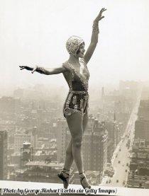 La ballerina Lina Basquett fa le prove su una sporgenza tetto dell'hotel Commodore, NYC