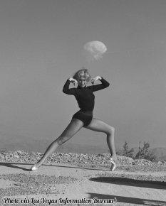 Danzatrice con un esplosione nucleare in background, Nevada, 1950