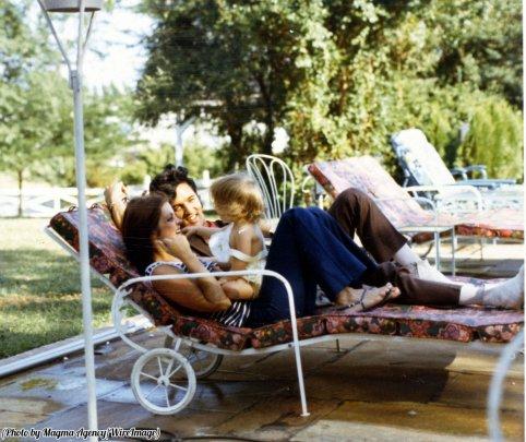 Elvis con Priscilla e Lisa Marie Presley in relax a casa 1968