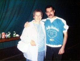 Freddie Mercury, backstage con una fan a Leiden, 1986