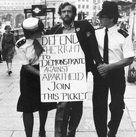 Jeremy Corbyn arrestato dopo aver protestato contro regime di Apartheid fuori dall'Ambasciata del Sud Africa nel 1984