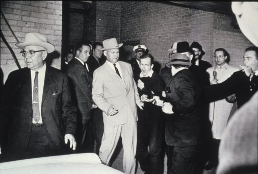 L'assassino di John F. Kennedy, Lee Harvey Oswald, colpito a morte da Jack Ruby nei sotterranei della Polizia di Dallas, 1963
