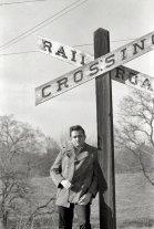 Johnny Cash nel 1968, vicino alla fattoria dell'Arkansas dove è cresciuto. Fotografia di Joel Baldwin
