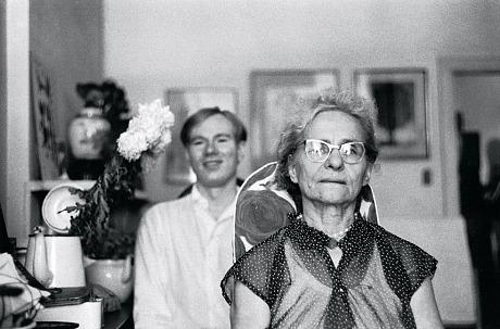 Julia Warhola col figlio Andy Warhol