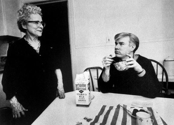 Andy Warhol, a destra, mangia cereali guardando sua madre, Julia Warhola, molto probabilmente a casa. Julia si dice che abbia involontariamente ispirato una delle sue prime opere importanti in quanto gli dava da mangiare ciotole di zuppa Campbell. Credit: Ken Heyman / Woodfin Campo / Woodfin Campo / Time Life Pictures / Getty Images.