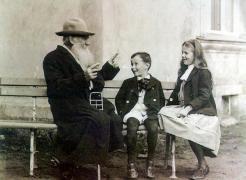 Leo Tolstoy racconta una storia al suo nipoti, c. 1909