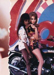 Naomi Campbell e Christy Turlington su una motocicletta nel 1991
