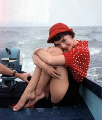 Natalie Wood, in giro in barca a metà degli anni 1950. Fotografia di MGM