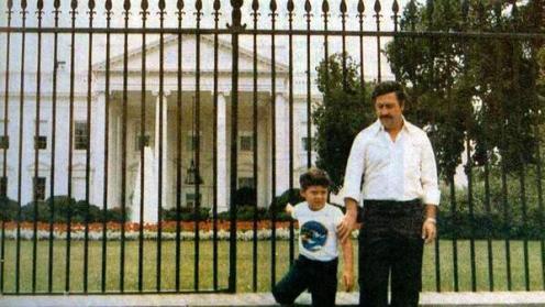 Il famoso signore della droga Pablo Escobar e il figlio di fronte alla Casa Bianca, 1980