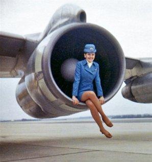 Un'hostess della Pan American World Airways seduta all'interno del motore di un Boeing 707