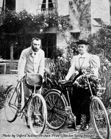 Pierre e Marie Skłodowska Curie si preparano per andare in bicicletta, 1890 circa