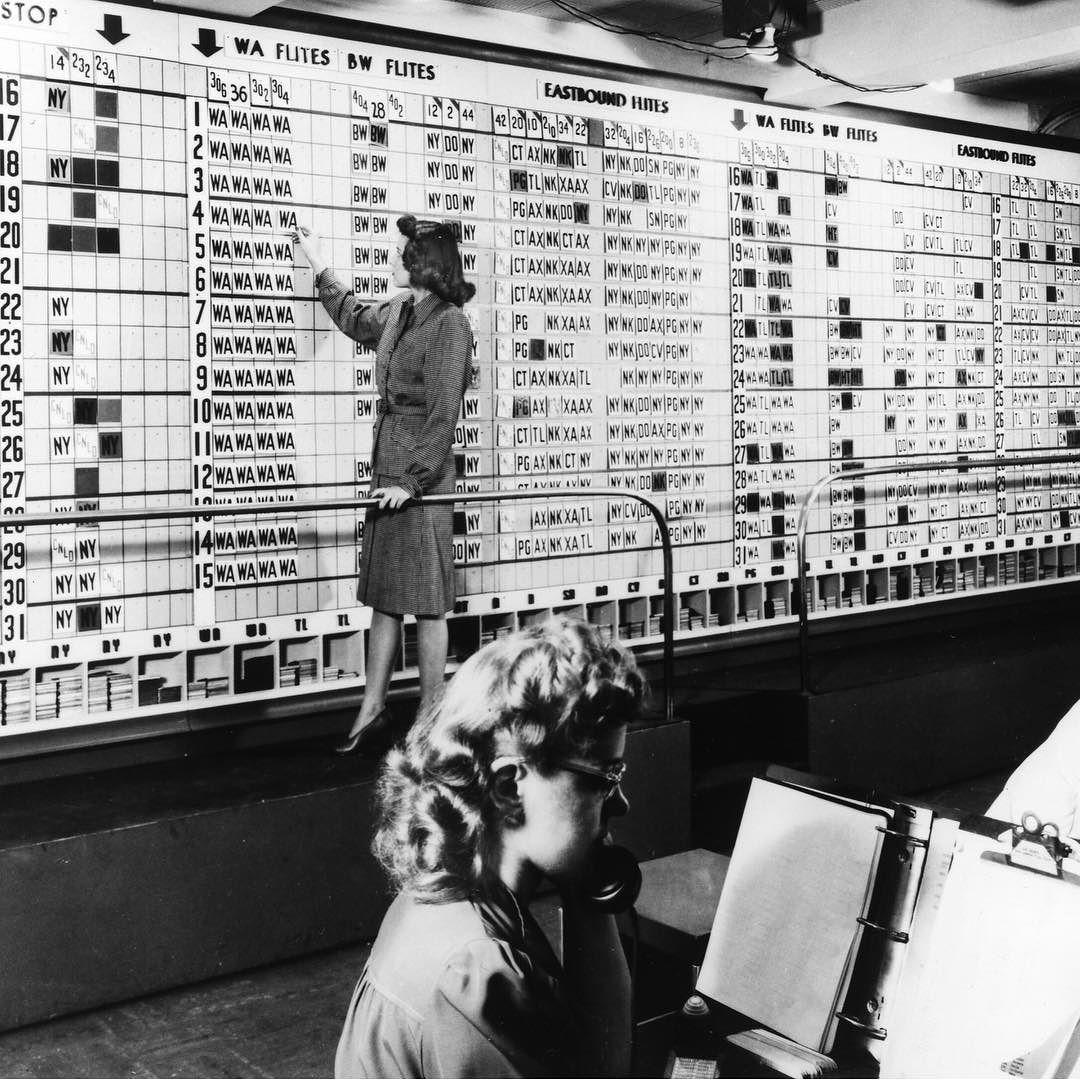 Prenotazione aerea prima dei computer, 1945. Fotografia dal SFO Museum Collection.