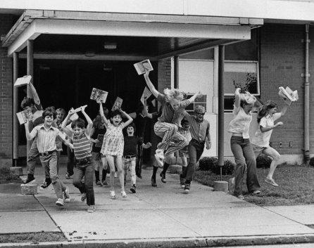 La fine della scuola al Henry Raab Elementary School in Belleville, Illinois, circa 1974