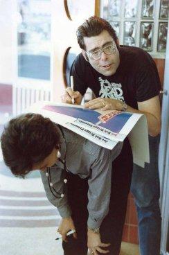 Stephen King firma un autografo sul manifesto di un suo film, 1985