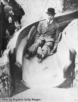 Il duca di York, poi re Giorgio VI di Gran Bretagna, su uno slittino alla Wembley exhibition, 1925