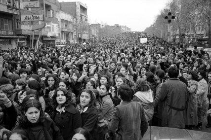Donne protestano per essere state costrette allo Hijab nei giorni dopo la rivoluzione, Iran, 1979. Fotografia di Hengameh Golestan